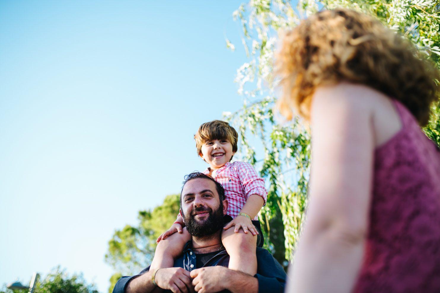 Pareja con su hijo jugando en un parque infantil de Jerez