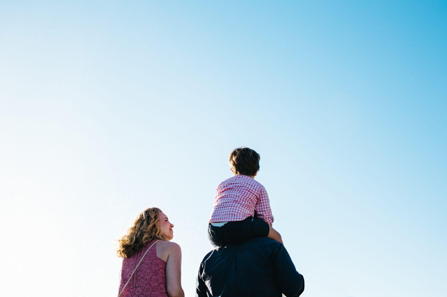 Pareja con su hijo disfrutando de una tarde en un parque infantil de Jerez