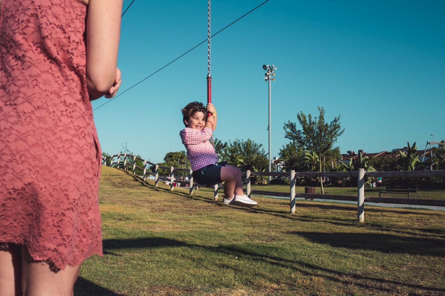 Niño jugando en una tirolina de parque infantil en Jerez